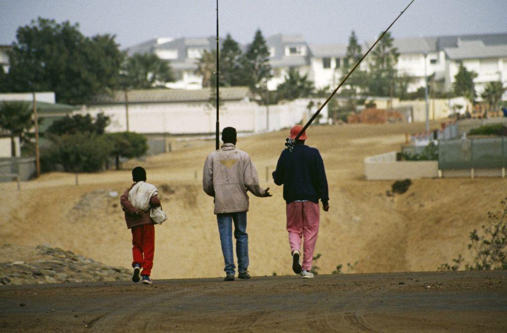 Auf dem Weg zum Angeln: Junge Männer in der Henties Bay in Cape Cross in Namibia. In dieser Gegend stand die Säule, die nun zurückkehren soll. Foto: Getty/Hulton Archive