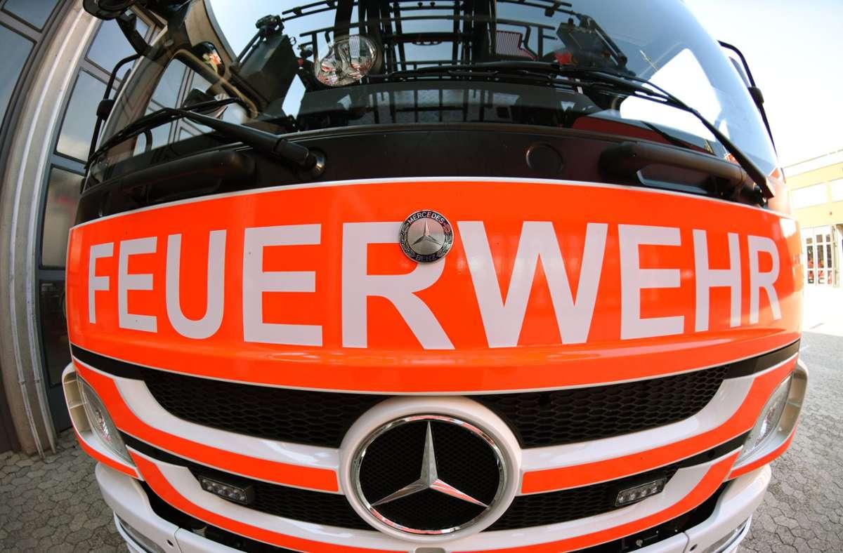 Zehn Fahrzeuge  und 55 Einsatzkräfte der Feuerwehr  rückten aus (Symbolbild). Foto: dpa/Patrick Seeger