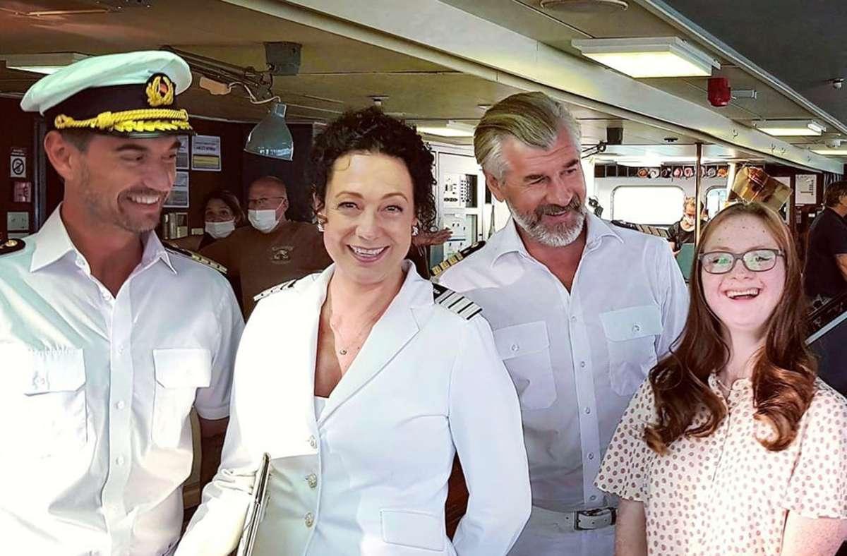 Tamara Röske (rechts), Stuttgarter Schauspielerin mit Downsyndrom, auf dem Traumschiff mit Florian Silbereisen (links), Babara Wussow und Daniel Morgenroth. Foto: ZDF /Dirk Bartling