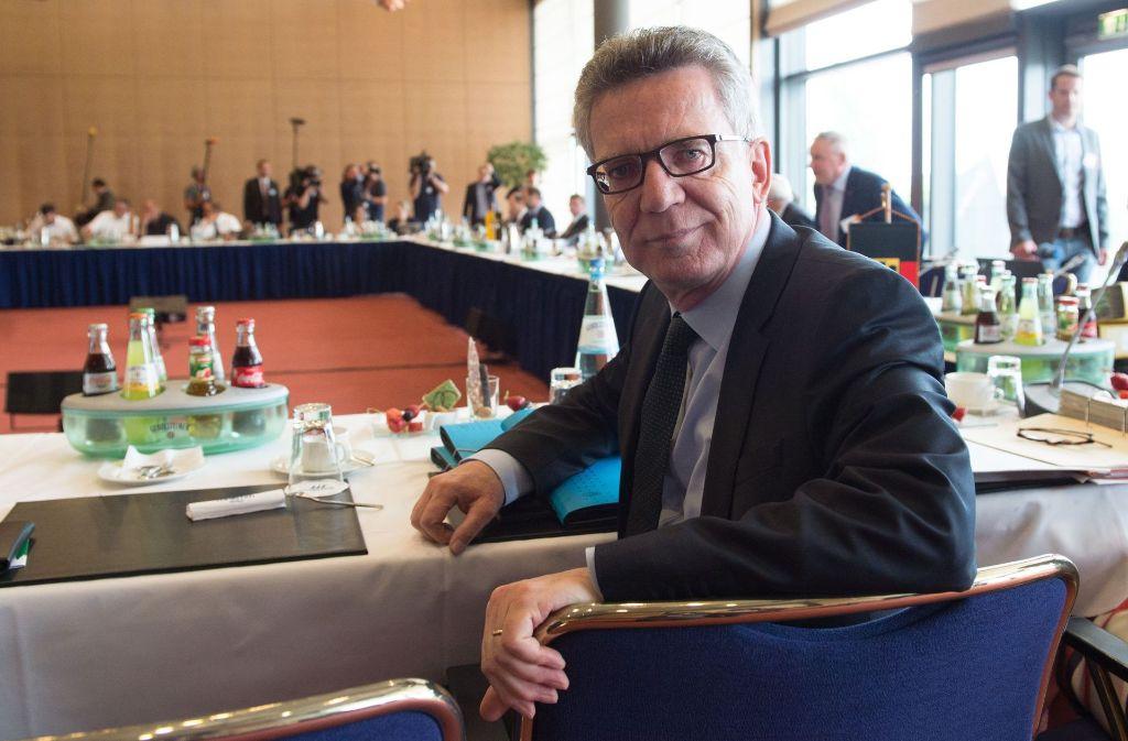 Gemeinsam mit Bundesinnenminister Thomas de Maizière (CDU) beraten die Länder-Innenminister bei ihrer Frühjahrskonferenz über eine Verschärfung der Sicherheitsgesetze. Foto: dpa
