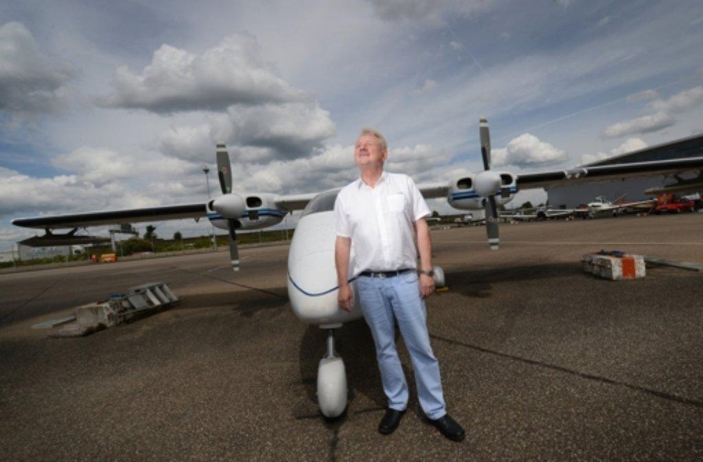 Hagelflieger Rainer Schopf steht in Stuttgart vor seinem Flieger. Foto: dpa