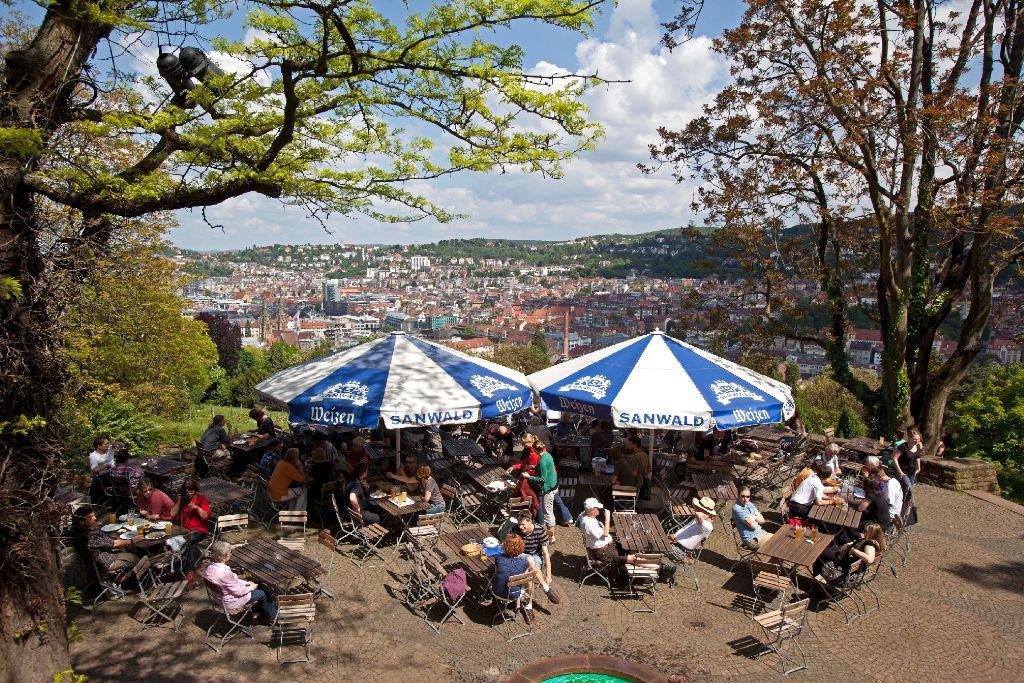 Bei leckerem Essen und kühlen Getränken die Sonne genießen. Stuttgarter Biergärten, wie der auf der Karlshöhe, und andere Plätze mit Außenbewirtschaftung laden zum Genießen im Freien ein. Foto: Archiv