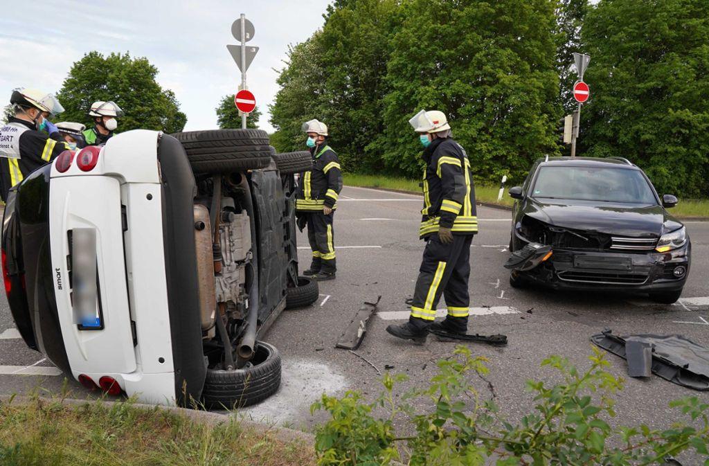 Der Smart landete nach dem Zusammenstoß auf der Seite. Foto: Andreas Rosar /Andreas Rosar Fotoagentur-Stuttg