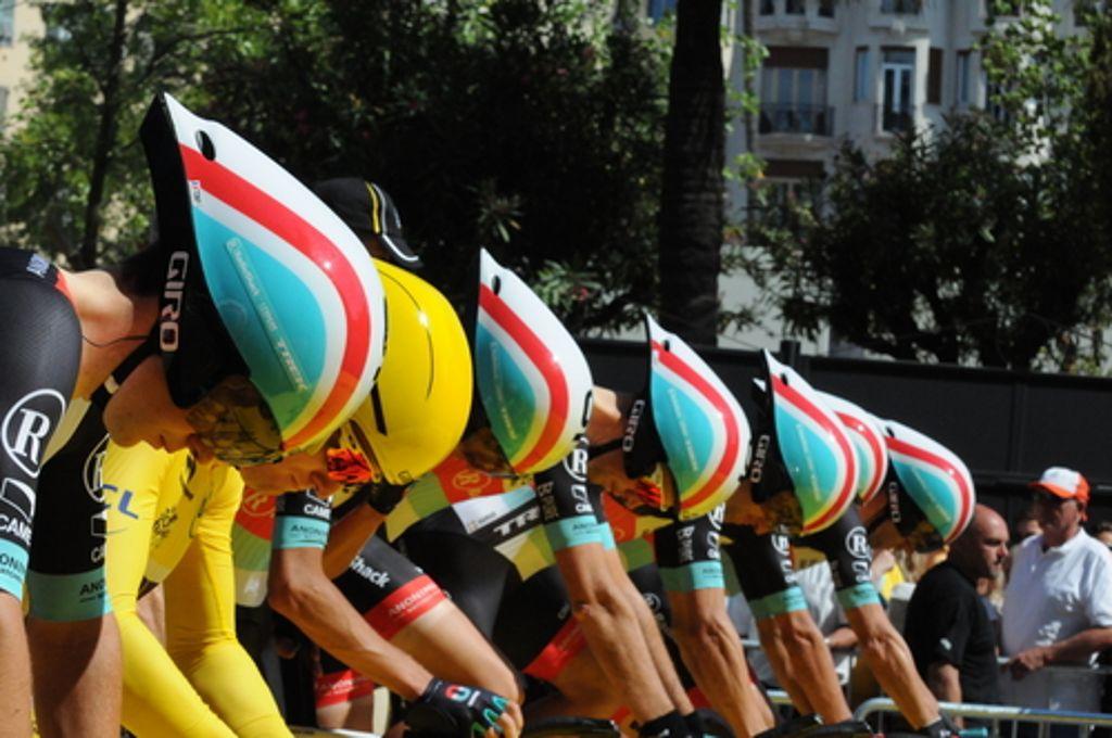 Um HaaresbreiteHaarscharf ging es bei der bislang knappsten Entscheidung um den Gesamtsieg der Tour-Geschichte im Jahr 1989 zu. Acht Sekunden trennten damals den Sieger Greg LeMond von Laurent Fignon bei der Ankunft in Paris. Vor dem abschließenden, nur 24,5 Kilometer langen, Einzel-Zeitfahren hatte Fignon einen Vorsprung von 50 Sekunden auf LeMond. Doch sein Pferdezopf sorgte für aerodynamische Nachteile gegenüber LeMonds Triathlon-Lenker und Zeitfahrhelm. Experten behaupten, Fignon hätte die Tour mit einem Kurzhaarschnitt gewonnen Foto: Shutterstock/Dana Gardner