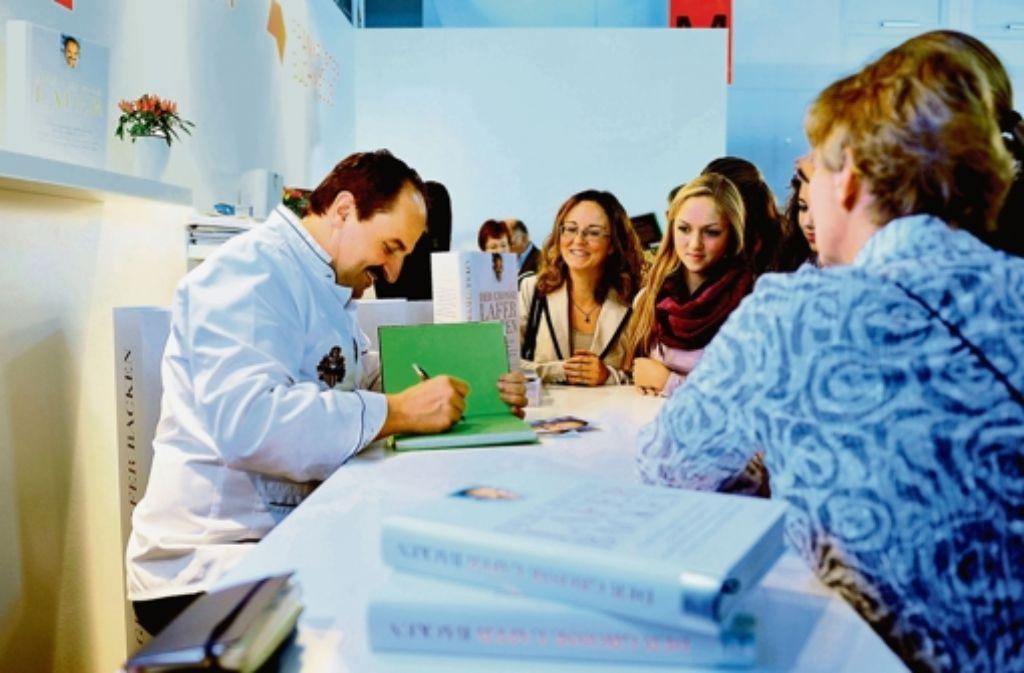 Starkoch Lafer signiert seine Kochbücher. Foto: StZ