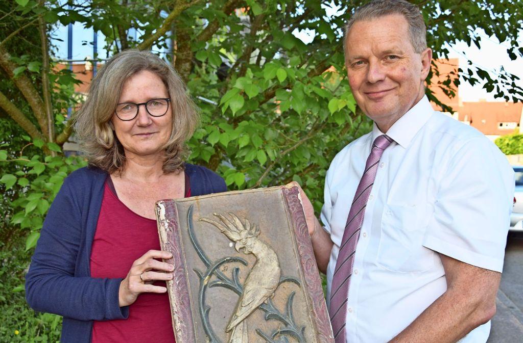 Susanne Auwärter-Brodbeck und Wilfried Geissler freuen sich, dass sie die  Tonfliesen  mit den Jugendstil-Motiven bald der Öffentlichkeit präsentieren können. Foto: Alexandra Kratz