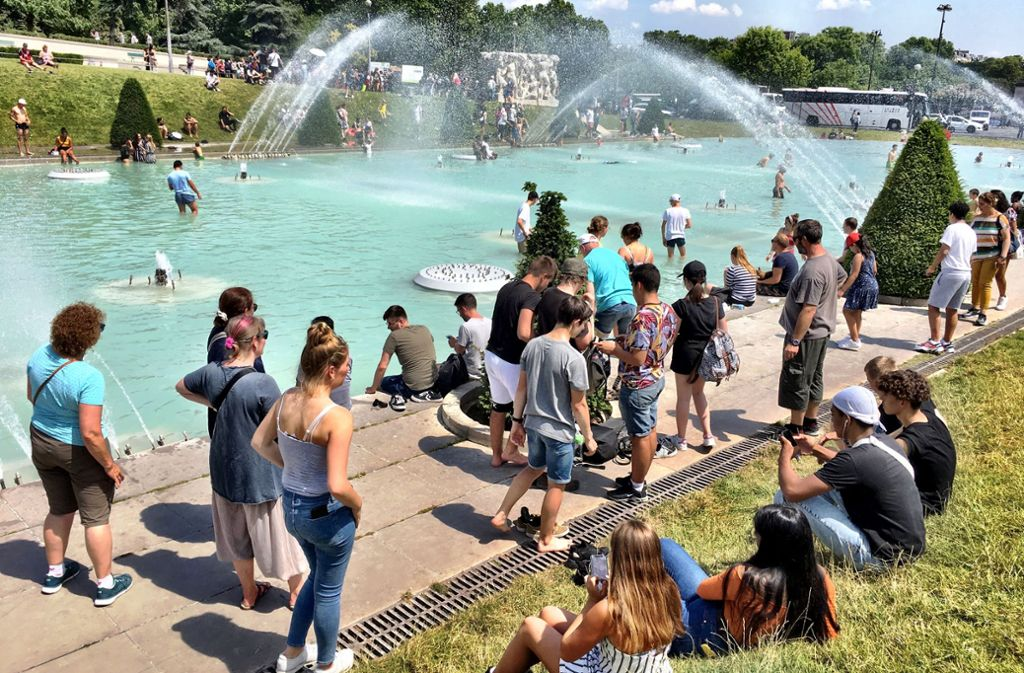 Der Brunnen am Trocdaéro in Paris wird angesichts der Hitze als Freibad benutzt. Foto: Krohn