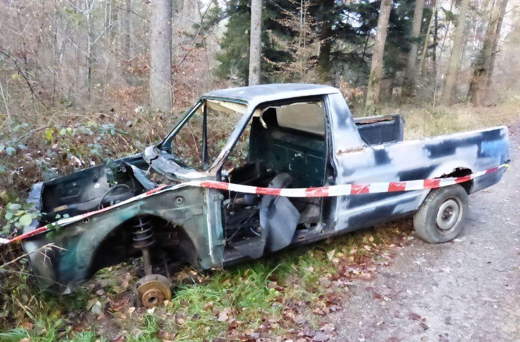 Die Polizei sucht nach dem Besitzer dieses Autowracks. Foto: Polizeipräsidium Ludwigsburg