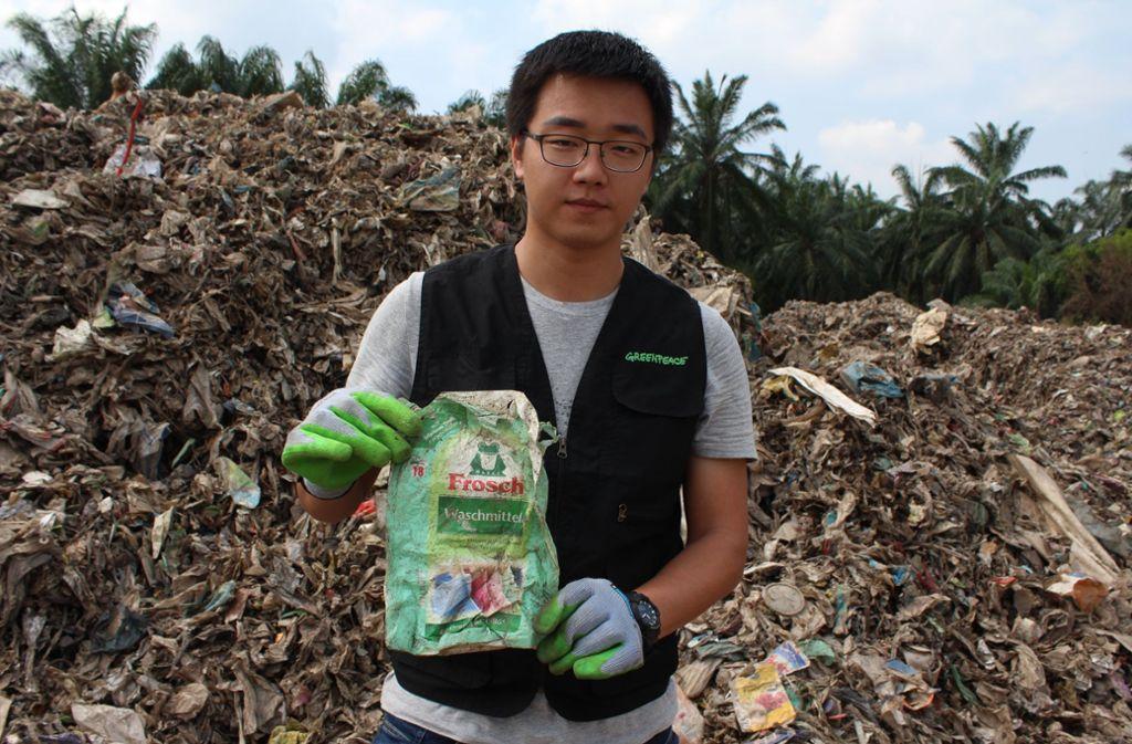 Ein Aktivist auf einer illegalen Mülldeponie in Malaysia: Auch deutscher Plastikmüll findet sich hier Foto: Melanie Maier