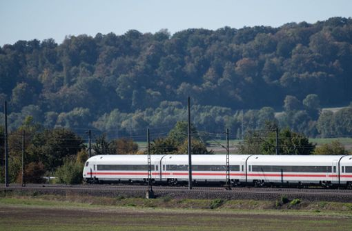Verdächtiges Paket entdeckt – Zug stoppt auf freier Strecke