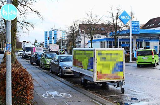 Genervt von dauerhaft geparkten Anhängern und Lkw