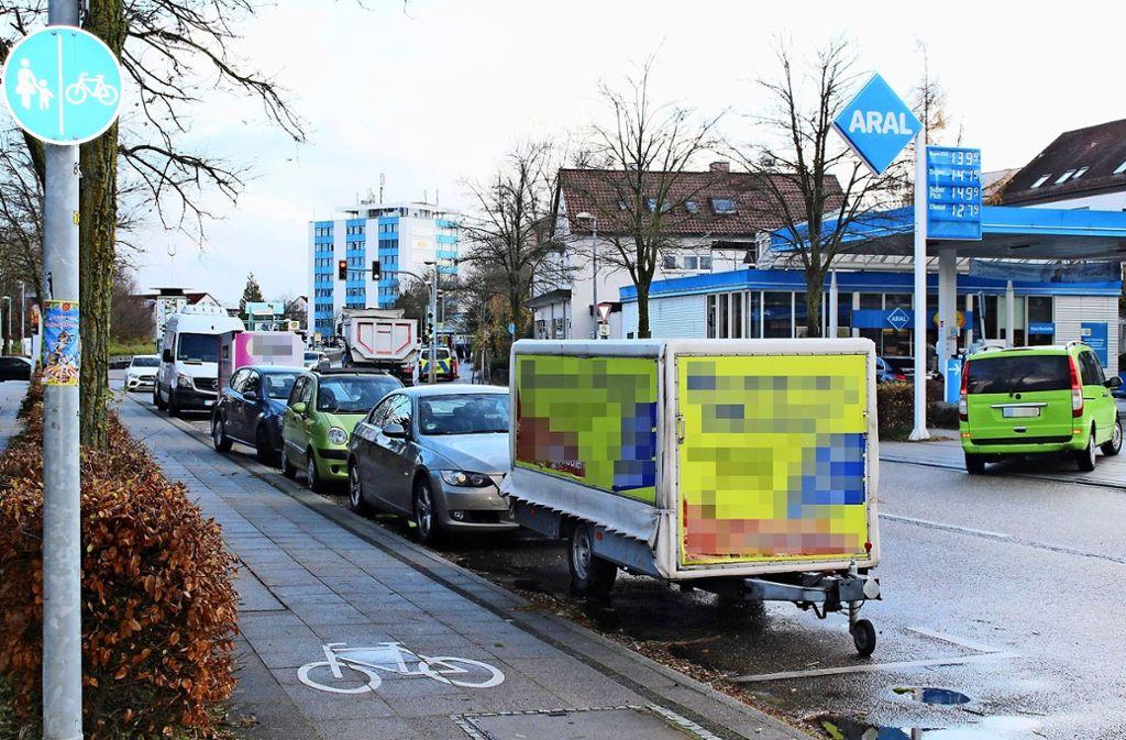 Die Kirchheimer Straße ist ein beliebter Abstellplatz für Anhänger –  am Donnerstag vergangener Woche standen dort drei innerhalb von etwa 20 Metern. Foto: Caroline Holowiecki