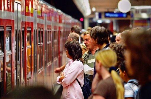 Im Berufsverkehr sind die S-Bahnen in der Region brechend voll - und oft zu spät. Foto: Michael Steinert