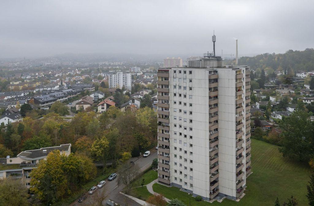 Auf dem Dach des Hochhauses in der Amsterdamer Straße 31 steht seit Sommer eine Mobilfunkantenne. Die Baugenehmigung wurde Ende 2018 erteilt. Foto: factum/Andreas Weise