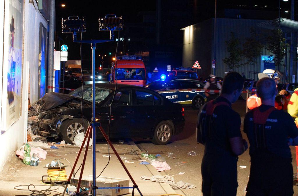 In Stuttgart-Feuerbach hat sich ein schwerer Unfall ereignet: Ein Wagen kam laut Polizei von der Straße ab und erfasste Fußgänger, ehe er in einen Supermarkt krachte. Foto: Andreas Rosar Fotoagentur-Stuttg