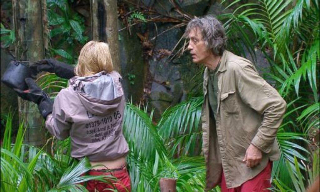 Im Dschungel wird gebrüllt: Winfried schreit Larissa an, nachdem die ihm aus Versehen heißes Wasser über die Hand geschüttet hat. Foto: RTL