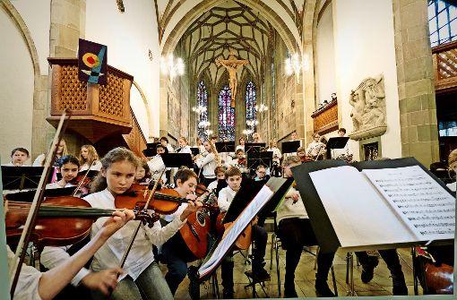 """Sieben Schulorchester und Chöre aus Stuttgart und der Region musizierten zugunsten von   """"Hilfe für den Nachbarn"""". Foto: Lg/Latz"""