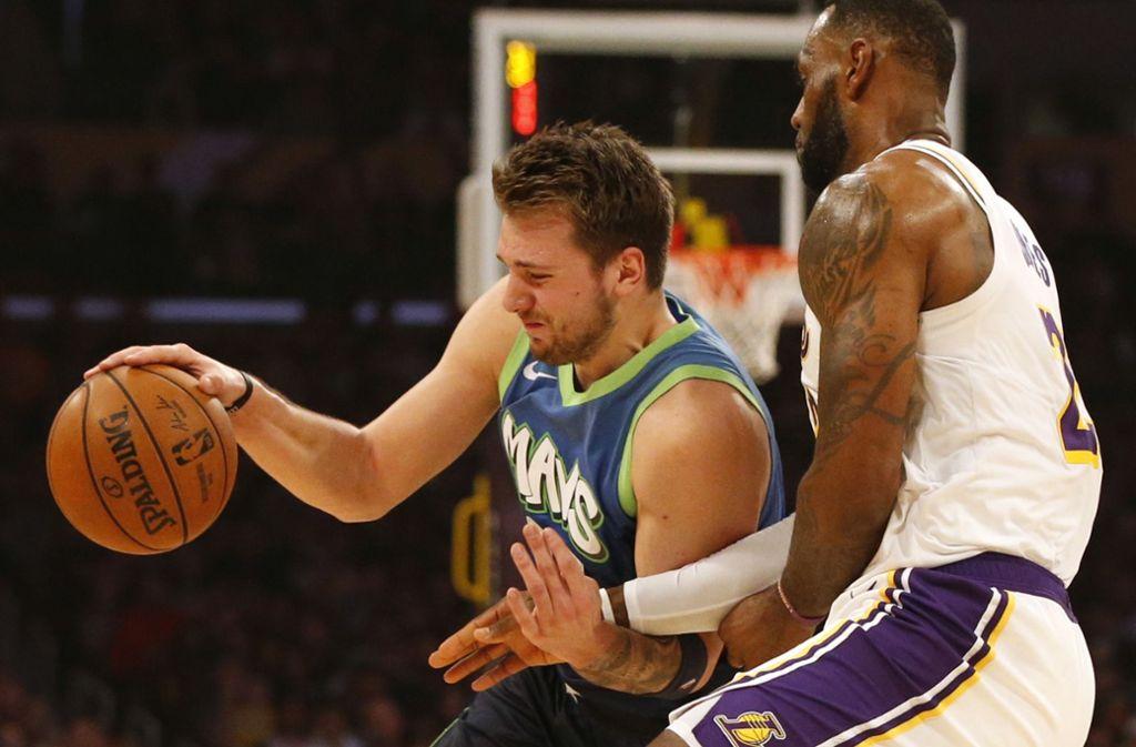 """Luka Doncic (links) zieht an LeBron James vorbei: Ist der Slowene bereits besser als der """"King""""? Foto: AFP/Katharine Lotze"""