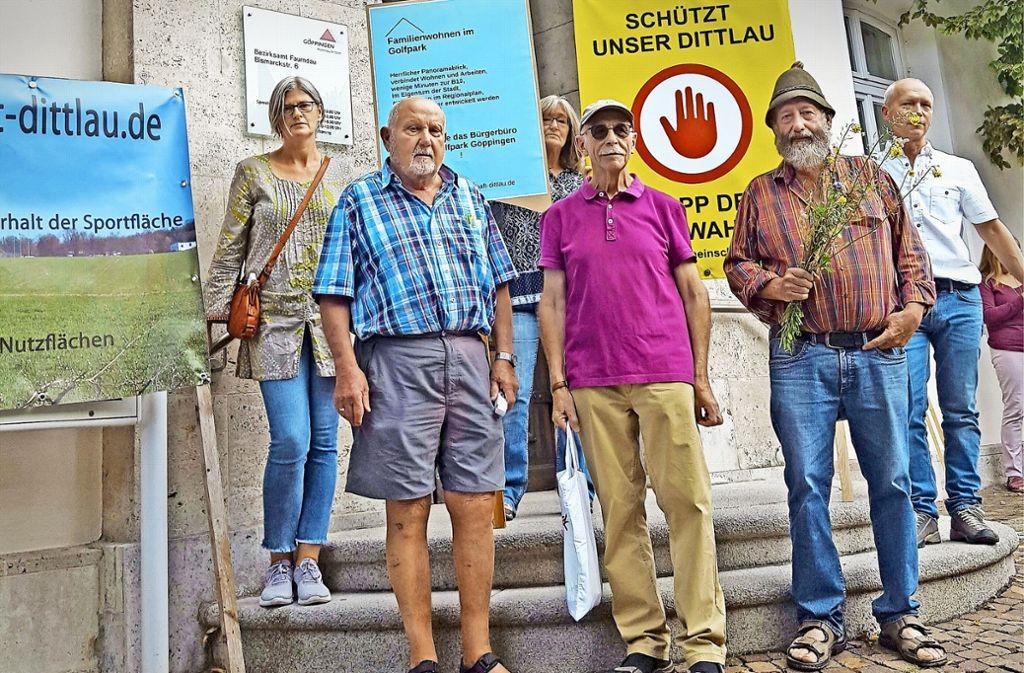 Mit einer Mahnwache vor dem Bezirksrathaus  protestieren Mitglieder der Schutzgemeinschaft Dittlau gegen das  Bauprojekt. Foto: StZ