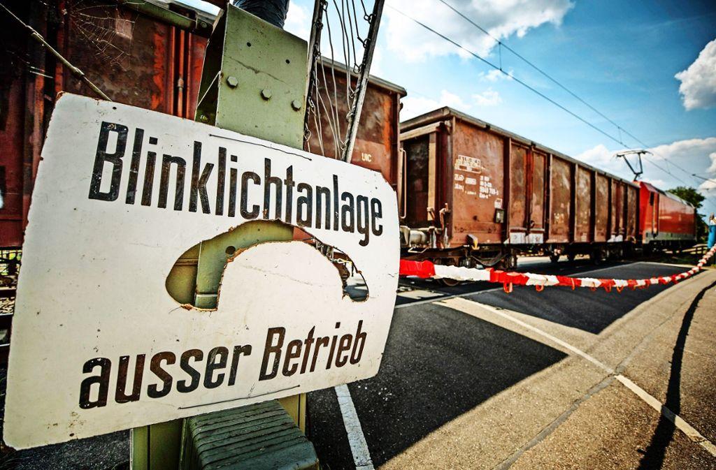 Die  Bahnschranke am Übergang Adlerbrücke  ersetzt derzeit ein von Hand eingehängtes Plastikband. Foto: Gottfried Stoppel