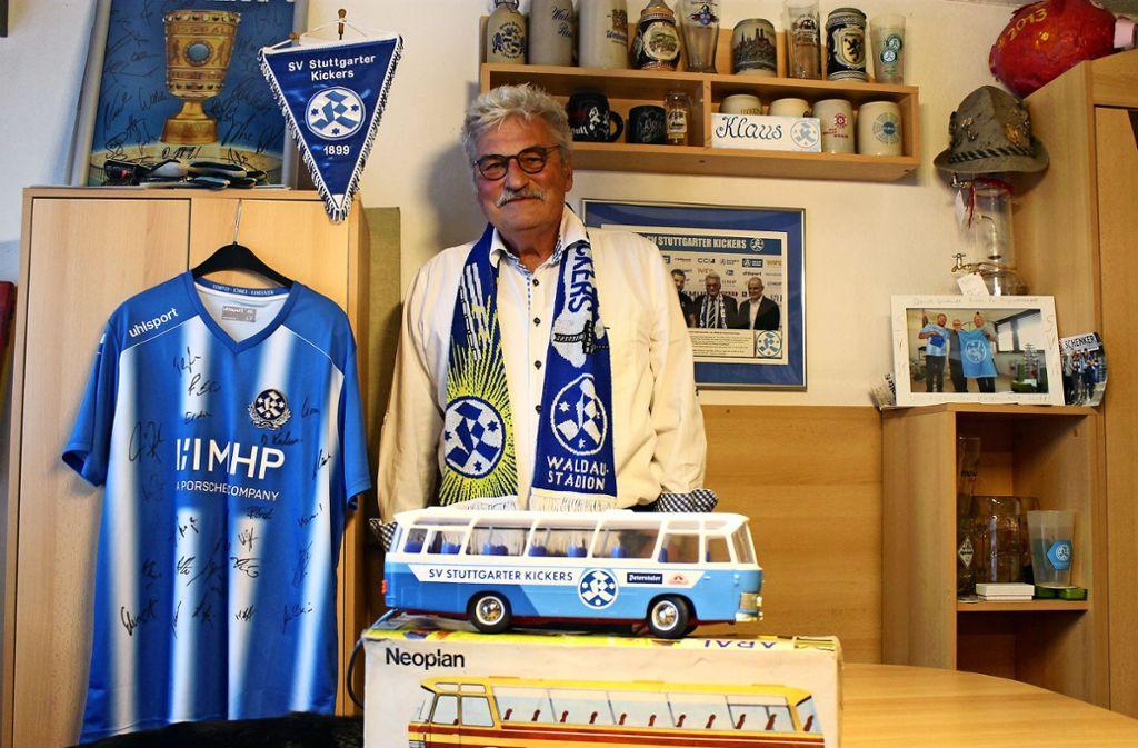Klaus Bluthardt freut sich, dass er nach langer Suche endlich einen originalen Neoplan-Modellbus besitzt, der dem des einstigen Kickers-Mannschaftsbusses gleicht. Foto: /Ralf Recklies