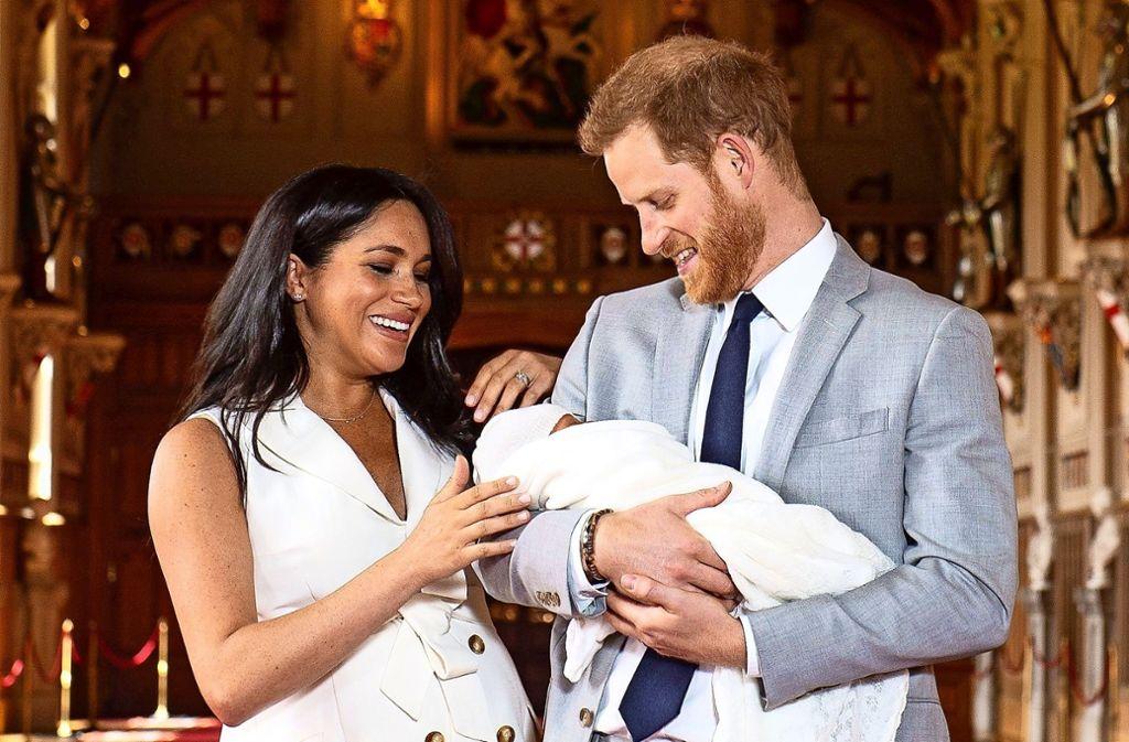 Da ist er! Das erste Kind von Herzogin Meghan und Prinz Harry hat seinen ersten Pressetermin absolviert: auf Schloss Windsor stellten die frisch gebackenen Eltern ihren Sohn der Öffentlichkeit vor. Foto: dpa