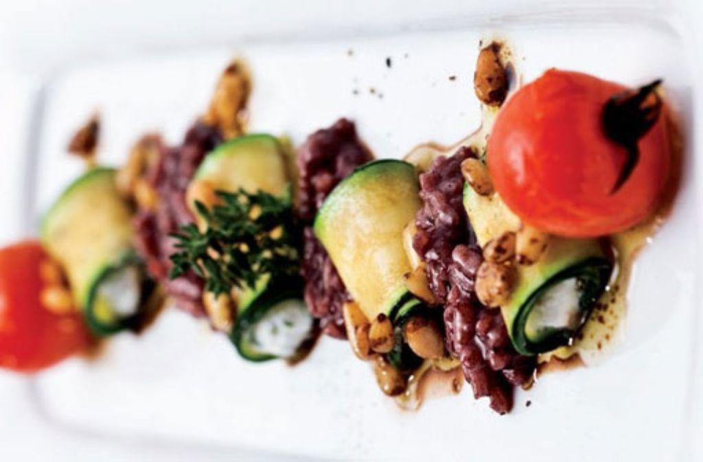 Rotweinrisottomit Zucchini-Ricotta-Cannelloni an Pinienkernvinaigrette Foto: Verlagsedition netzwerk