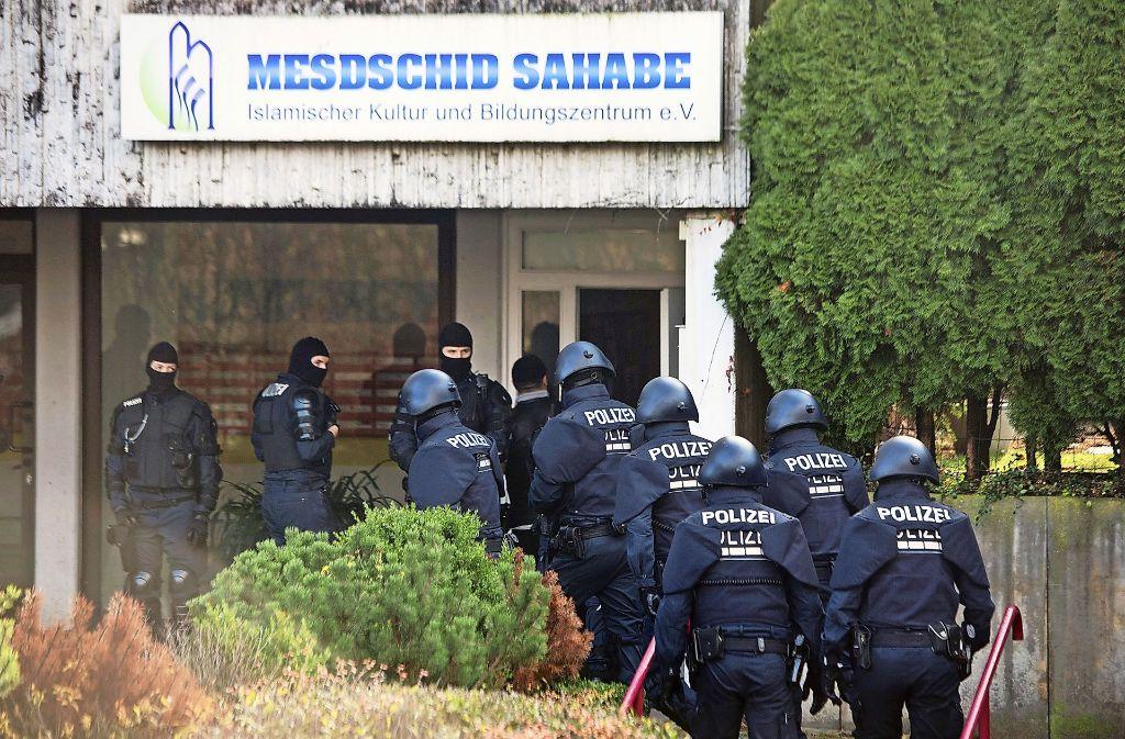 Polizeibeamte durchsuchen die Botanger Moschee im Dezember 2015. Foto: dpa
