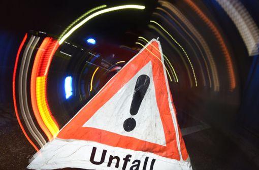 Auto schleudert gegen Tunnelwand