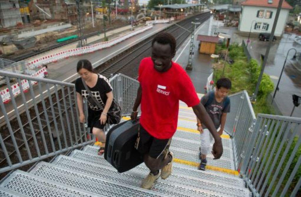 Einen Tag, nachdem die Deutsche Bahn nach Ausbeutungsvorwürfen ein Projekt mit Flüchtlingen als Gepäckträger gestoppt hat, haben diese ihren Unmut ausgedrückt.  Foto: dpa