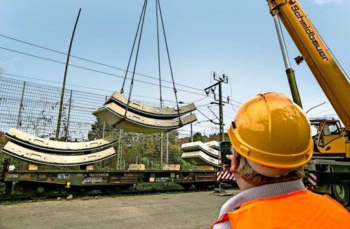 Ein Tübbingring besteht aus sechs  Schalen plus dem Schlussstein (rechts). Ein Lastwagen kann zwei Schalen aufladen. Foto: Horst Rudel