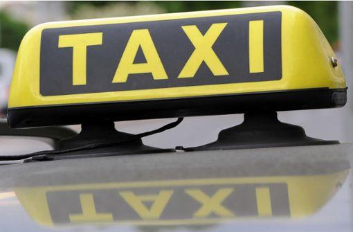 Fußgänger von Taxi erfasst und schwer verletzt