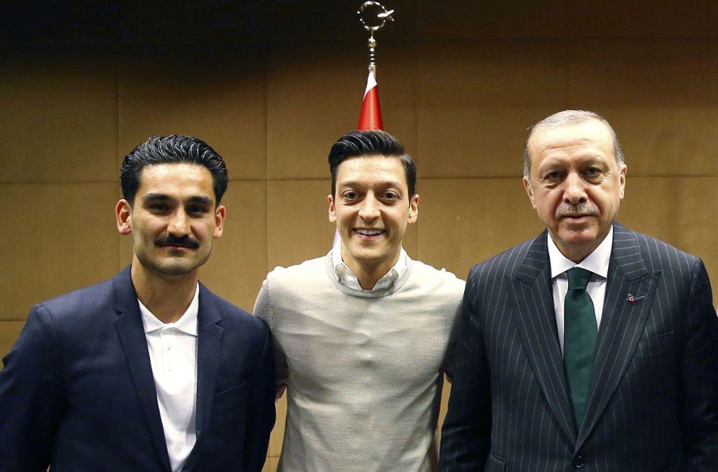Ilkay Gündogan (links) und  Mesut Özil lassen sich mit dem türkischen Präsidenten Recep Tayyip Erdogan (rechts) ablichten.Foto:dpa Foto: