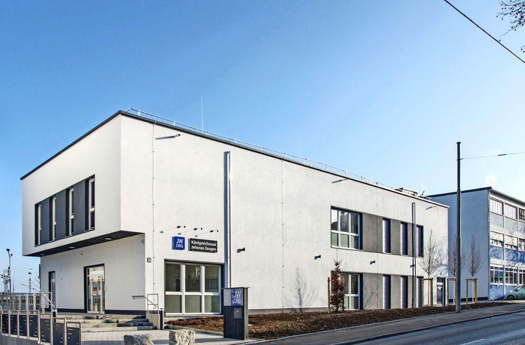 """Das sogenannte """"Königreichssaalgebäude"""" an der Schwieberdinger Straße ähnelt eher einem Schulungsgebäude. Foto: Jehovas Zeugen (z)"""