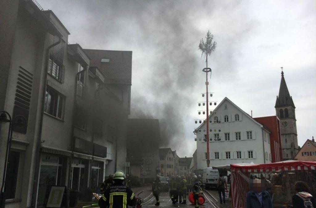 In Stuttgart-Degerloch löst der Brand eines Verteilerkastens einen Großeinsatz der Feuerwehr aus. Foto: SDMG