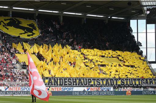 VfB-Fans zeigen Choreografie in den Stadtfarben