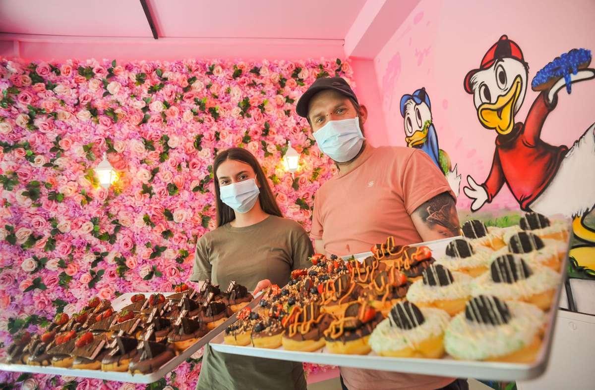 Plüschige Kulisse und pappsüße Leckereien im Sweet Donuts. Foto: Lichtgut/Max Kovalenko
