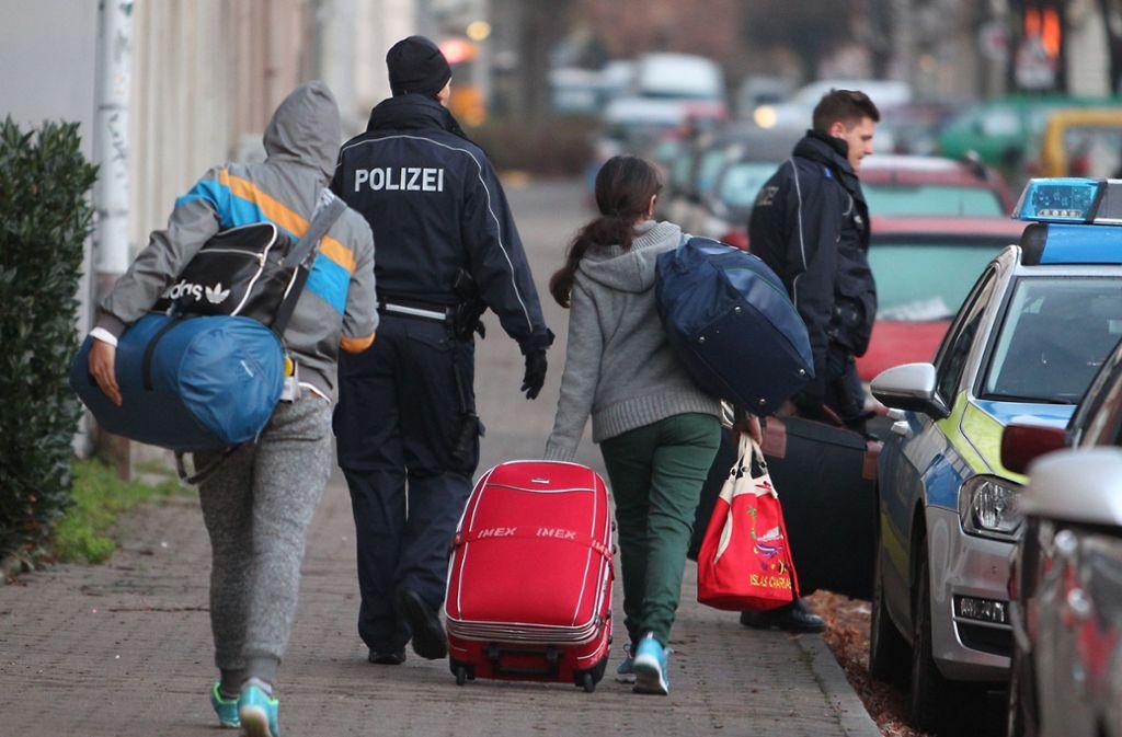 Abgelehnte Asylbewerber werden abgeschoben. Foto: dpa