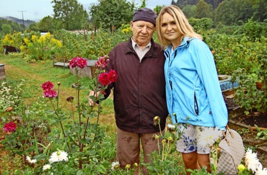Emil Staiger mit seiner Enkelin Lilli im Schrebergarten Foto: Ulla Lachauer