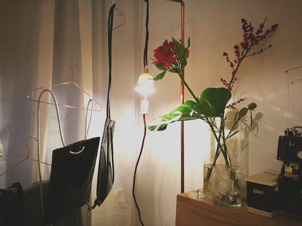 Natürlich hängen auch in ihrem Zimmer die handgemachten Einzelstücke.  Foto: Laura Müller-Sixer