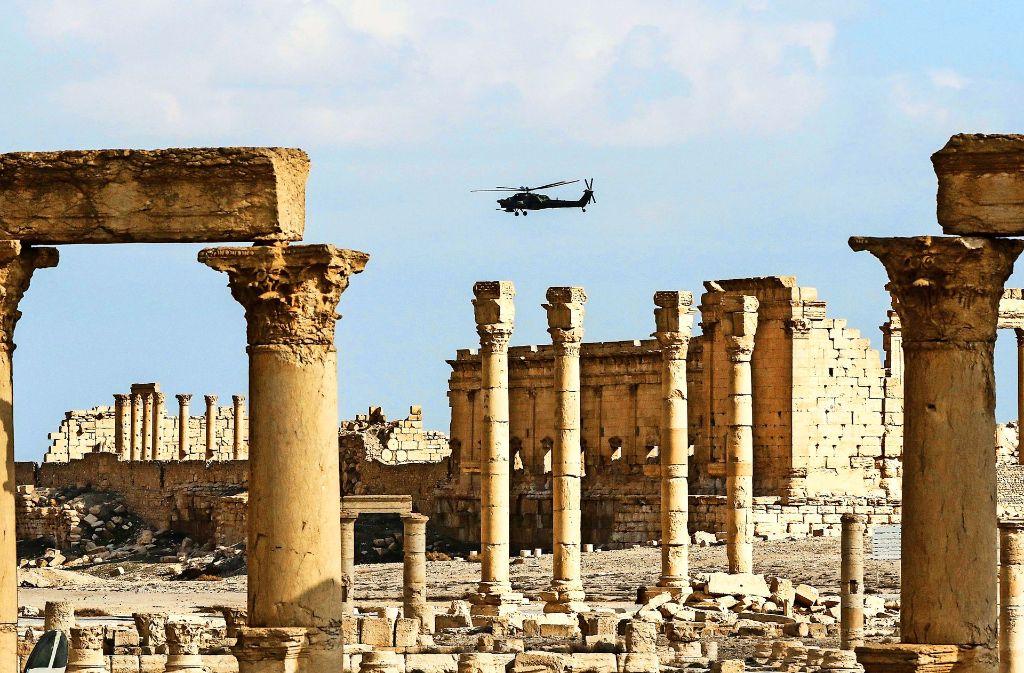 Ein russischer Helikopter fliegt im März diesen Jahres über die vom Islamischen Staat zerstörte syrische Welterbestätte Palmyra. Foto: AFP