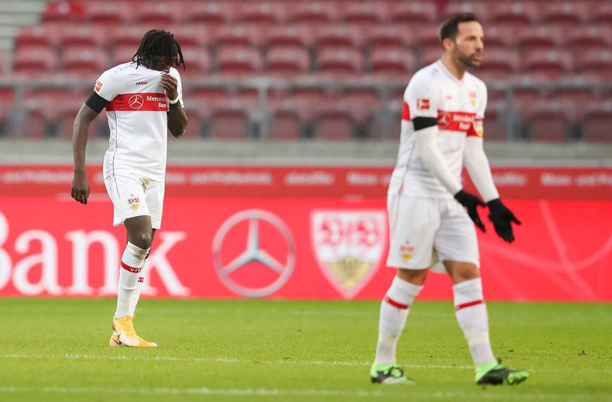 Der Torschütze zum zwischenzeitlichen 1:0 für die Stuttgarter, Tanguy Coulibaly (links) mit Gonzalo Castro. Foto: dpa/Tom Weller