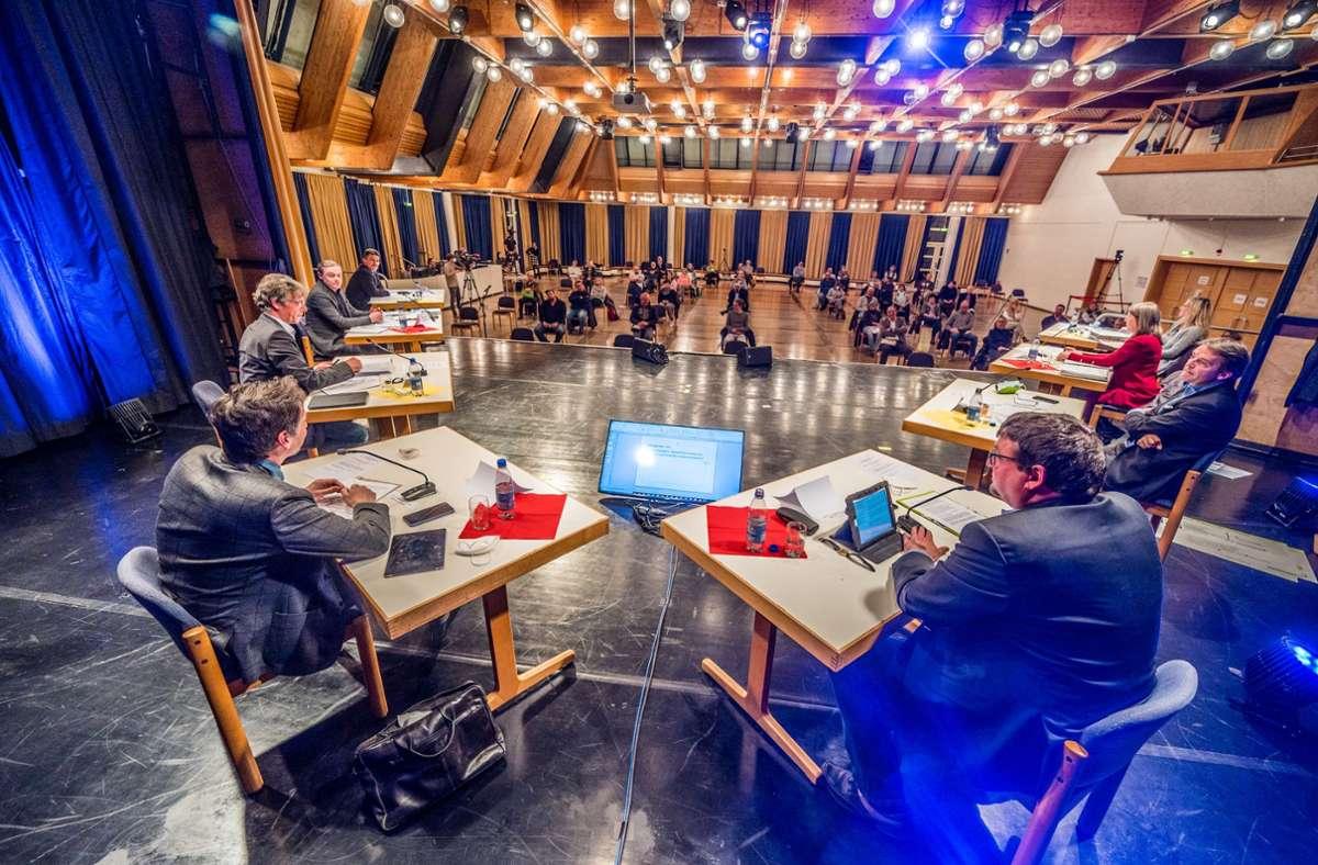 Etwa 50 Besucher erleben live die Veranstaltung in der Stadthalle, viele mehr sind online zugeschaltet.Foto: Giacinto Carlucci Foto: