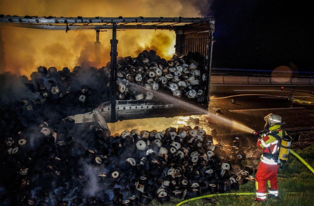 Bei Rutesheim hat in der Nacht auf Donnerstag der Auflieger eines Sattelzugs gebrannt. Foto: SDMG