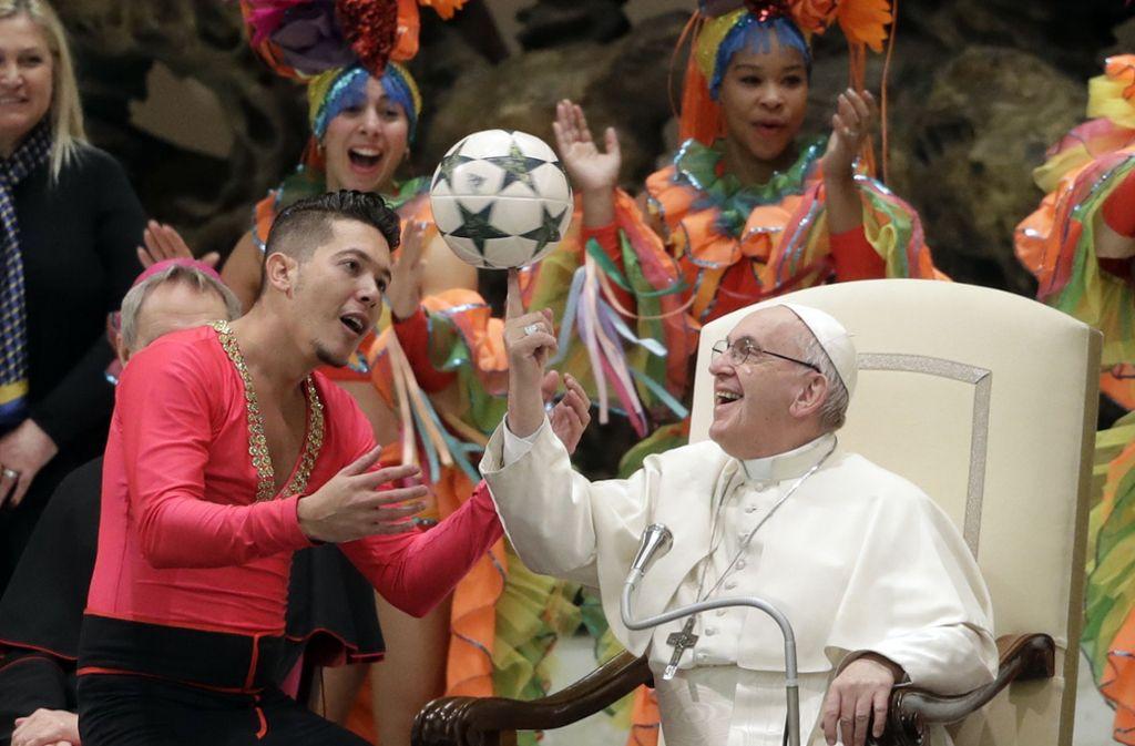 Franziskus –  Papst mit viel Ballgefühl Foto: AP