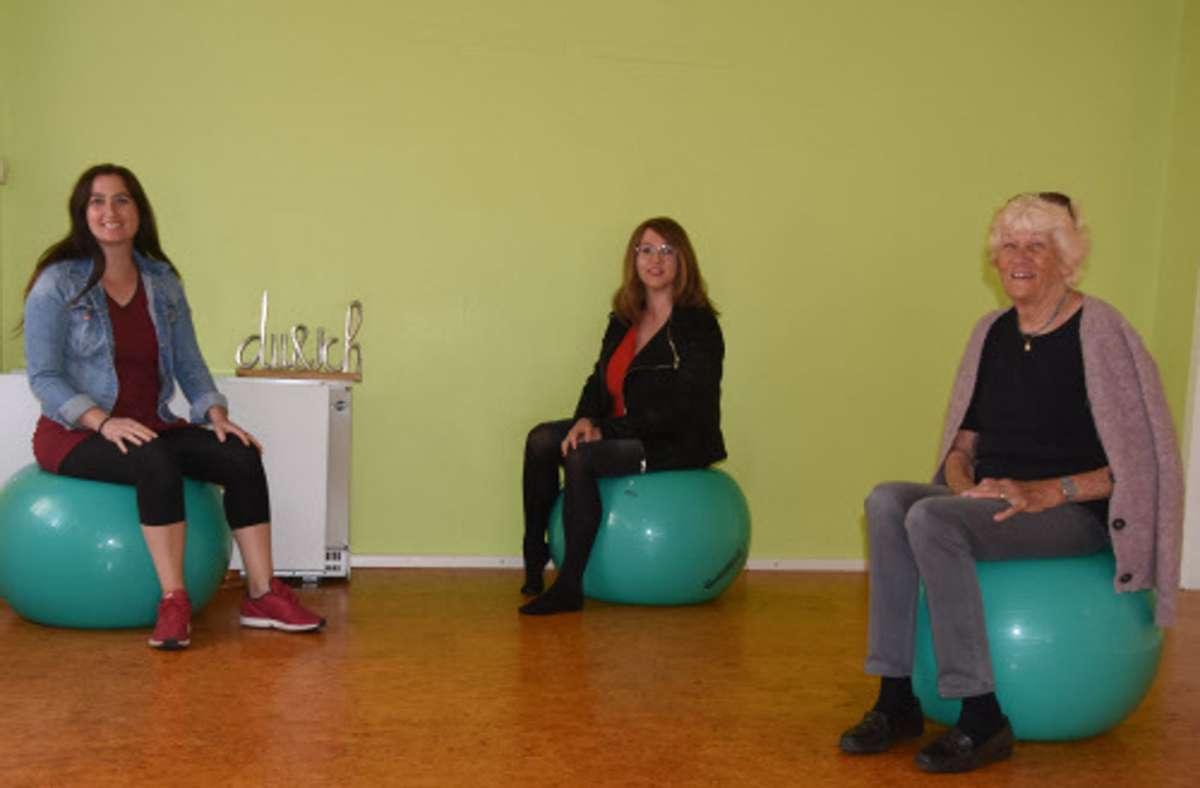 Parissa Tayebi und Barbara Ottmüller mit Elizabeth Weischede (von links) sind als Hebammen im Raum Weil der Stadt/Leonberg in Zeiten von Corona besonders gefordert. Sie freuen sich über die Entscheidung, einen hebammengeführten Kreißsaal in der Leonberger Klinik zu etablieren. Foto: Archiv/Frühauf