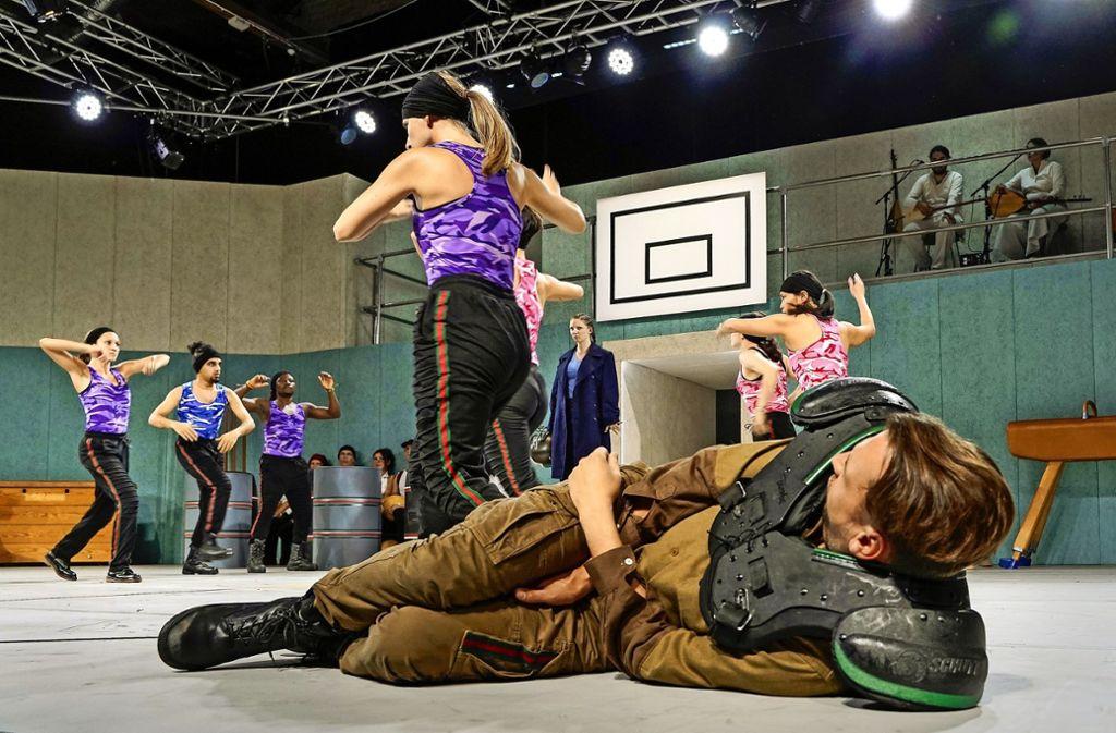 """Das Stück """"Troja Macht Krieg"""" spielt in einer Turnhalle. Foto: factum/Jürgen Bach"""