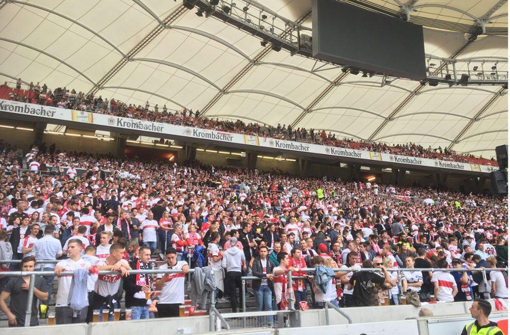 Tausende VfB-Fans verfolgen das Spiel in der Mercedes-Benz Arena. Foto: David Mairle
