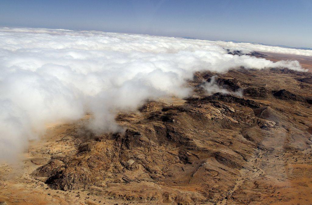Nebelbank in der Wüste Namib an der Südwestküste Afrikas bei der Siedlung bei Aus. Foto: Matthias Bruhin & Hp.Baumeler/CC BY-SA 4.0