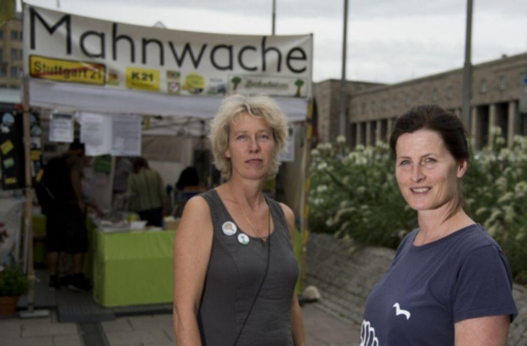 Sabine Schmidt und Antje Küster engagieren sich an der Mahnwache. Klicken Sie sich durch die Bilder der Feierlichkeiten. Foto: Stollberg